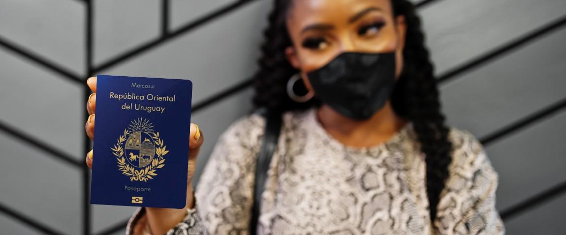 devushka derjit pasport urugvaya