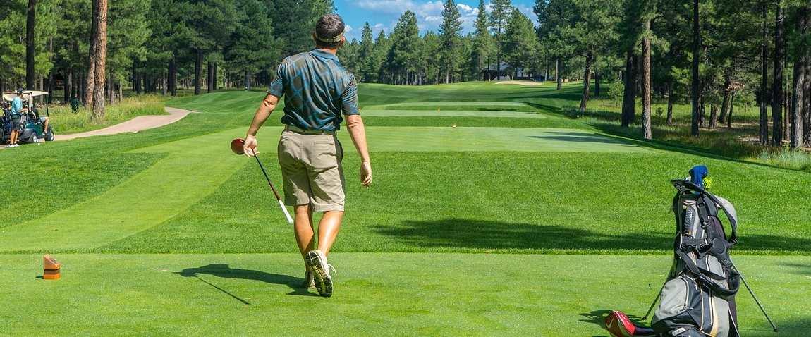 golfing player