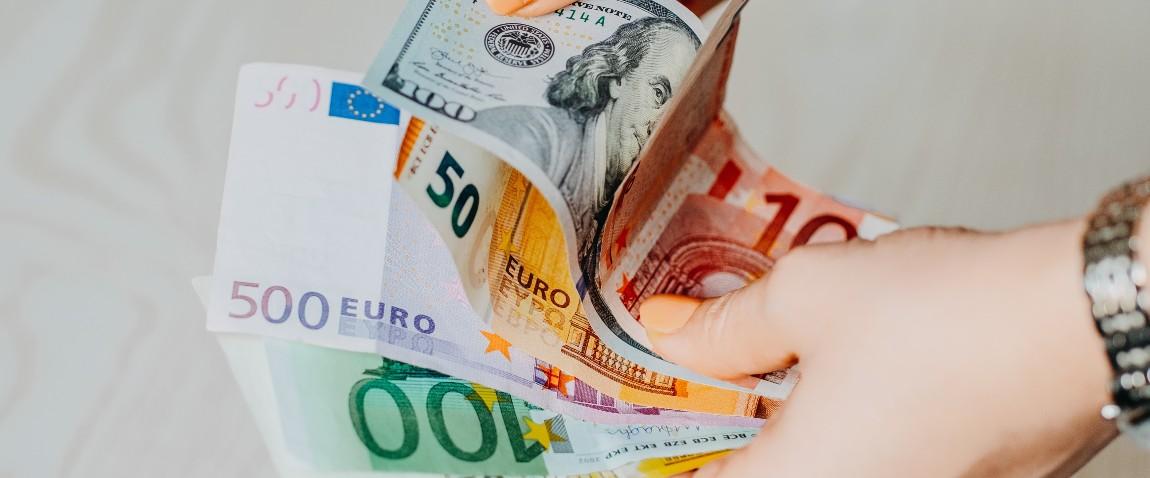 jenshina derjit v rukax evro