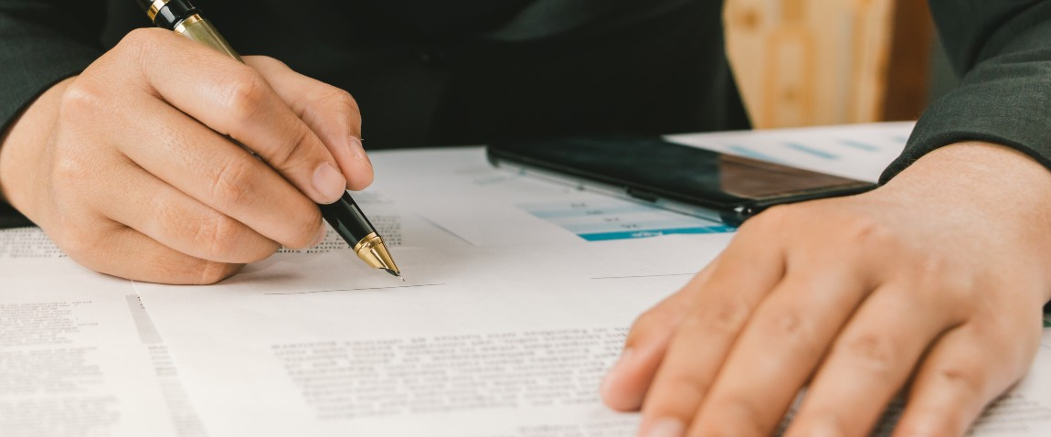 jenshina podpisivaet dokumenti v paname