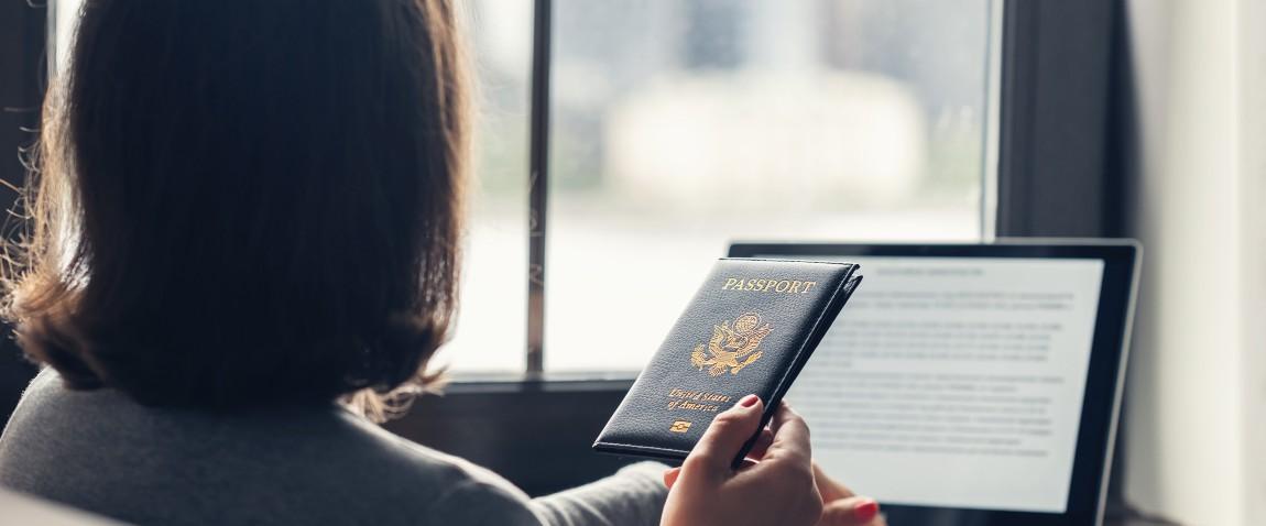 jenshina s pasportom zapolnaet anketu