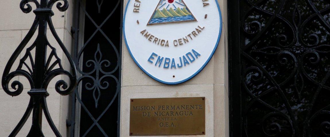 konsulstvo nikaragua viveska na zdanii