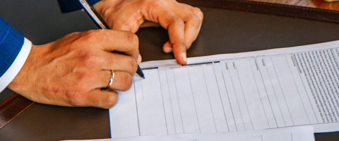 mujchina podpisivaet dokument
