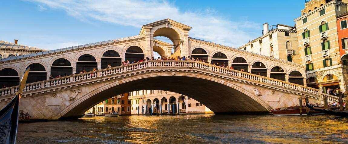 rialto bridge and tourists